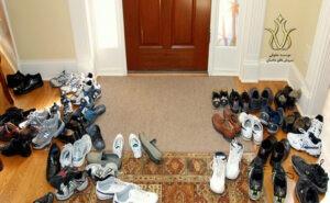گذاشتن کفش جلوی در آپارتمان و در راهرو